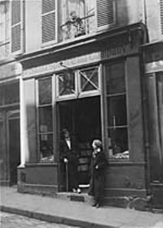 Alliance Paris. James Joyce and Sylvia Beach standing outside Shakespeare and Co. bookshop, circa 1922.
