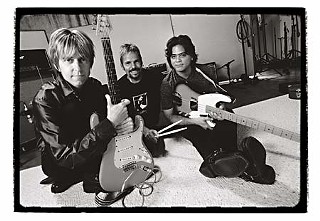 Maddox (center) flanked by Alien Love Child members Eric Johnson (l) and Chris Maresh (r)
