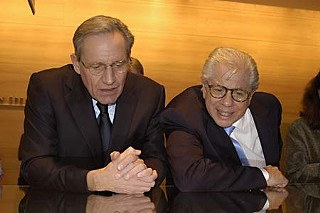 Bob Woodward (l) and Carl Bernstein in 2005 at the Harry Ransom Center, which holds their Watergate papers