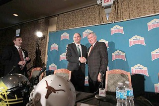 Outgoing Texas coach Mack Brown (r) shakes hands with Alamo Bowl rival, Oregon coach Mark Helfrich.