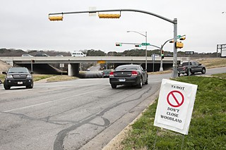 Residents oppose a TxDOT proposal that would close east-west vehicle access on Woodland Avenue at I-35.