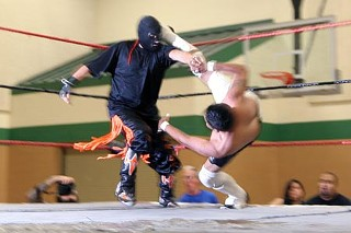 The Black Rocker (with mask) receives a kick from Junior Garza.
