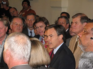 Joe Straus surrounded by House supporters  at a Monday  press conference