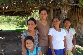 Niyanta Spelman, center, with three generations of a Chiapota family in Peru